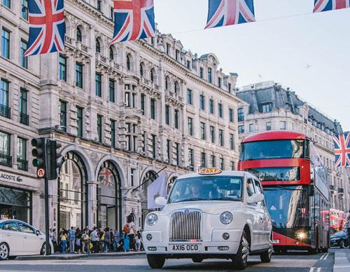 Taxi vor Doppeldeckerbus in Londoner Innenstadt