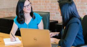 Interview zwei Frauen Laptop